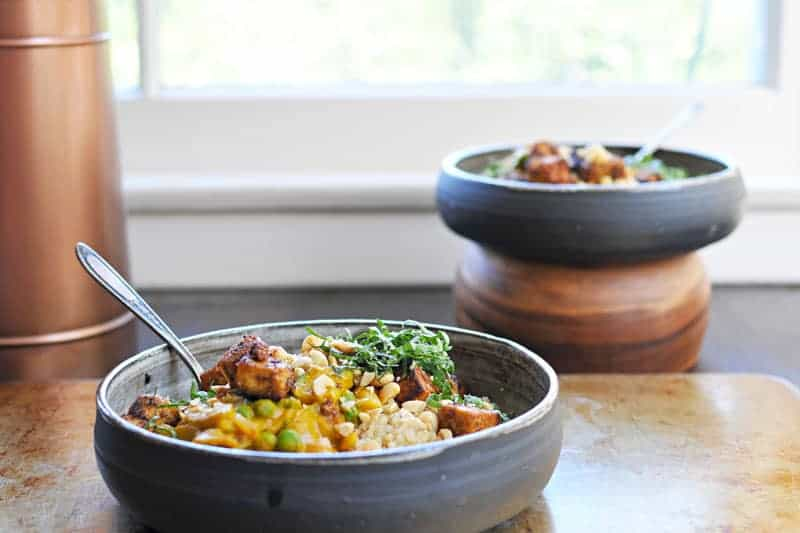 pumpkin curry with peanuts, peas + crispy spice-crusted tofu recipe (via thepigandquill.com) #fall #glutenfree #vegan #dinner
