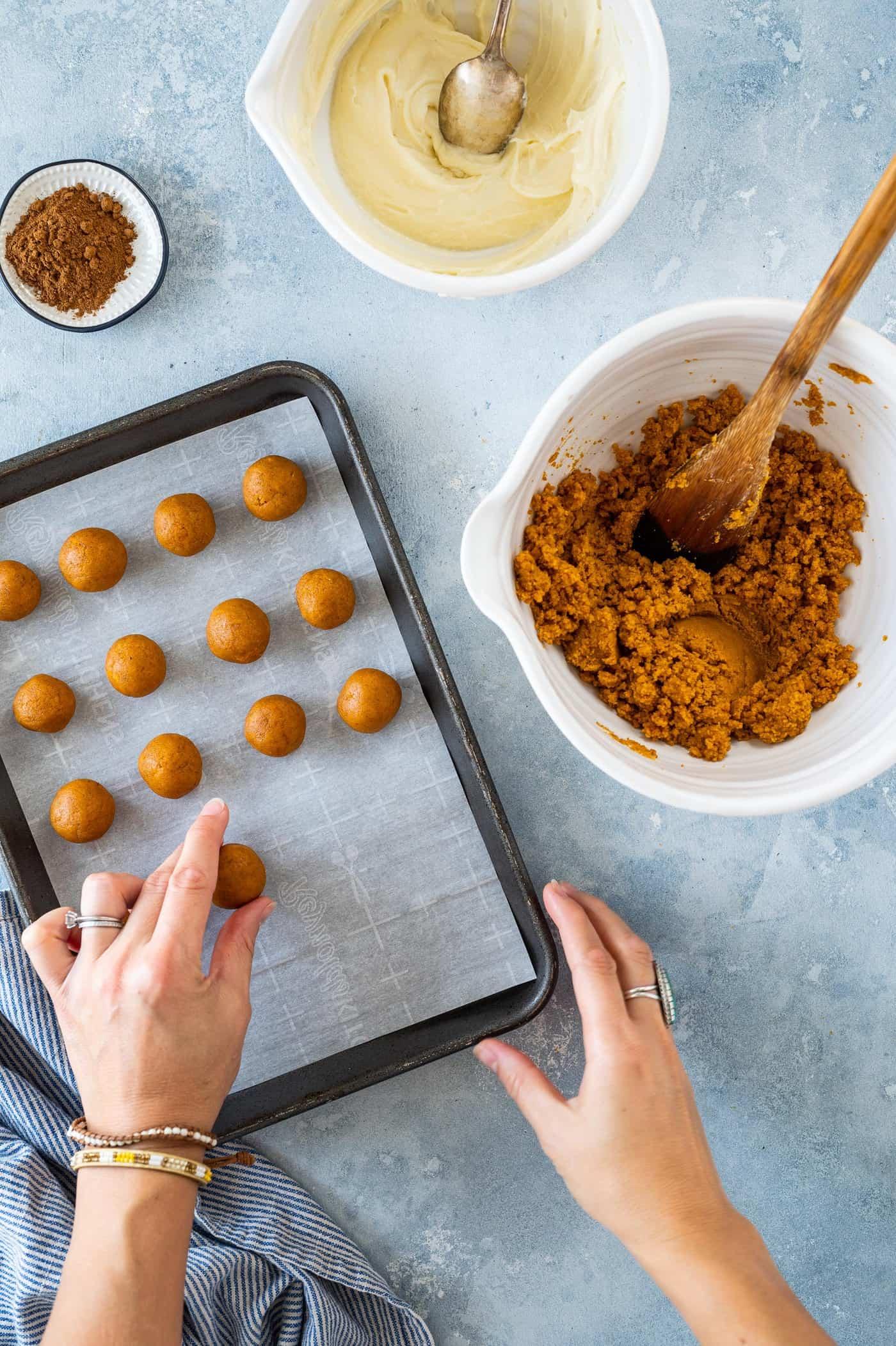No-Bake Pumpkin Spice Cake Truffles Recipe (via thepigandquill.com) #halloweentruffles #pumpkinspicetruffles #caketruffles #pumpkintruffles